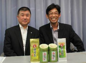 Hitoshi Mizoshita, head of JA Oigawa's tea industry center (left), and EBISTRADE President Ryoji Terai show the green tea products developed for the Russian market at the Shizuoka prefectural office.