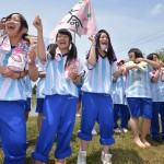 Students of Iwate Prefectural Mizusawa Agricultural High School cheering for their friends in the rice field, adding another highlight to the competition.