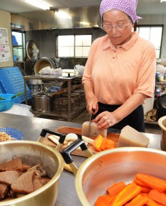 Ira cutting vegetables in large pieces (Shizuoka Prefecture)