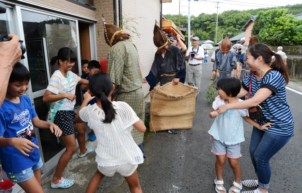 "Yokkabui chasing children, making strange ""hyo-hyo"" voice."