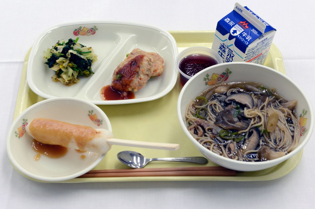 Champion: School Lunch Center of Fujisato-cho, Akita Prefecture (Lunch rich in Shirakami local ingredients featuring Tanpo pounded rice bar with miso sauce, fried tofu fritter made with green soybean, and udon noodles in Shirakami Maitake mushroom soup)