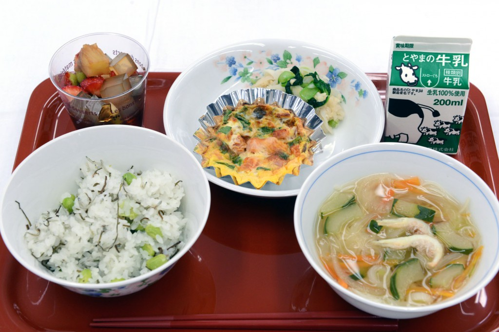 Special Award: Ishize School Lunch Center of Takaoka-shi, Toyama Prefecture (Lunch featuring rice with Takaoka Kombu and oven-roasted dish named after local festival)