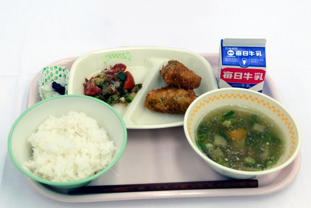 Special Award: Fukui-shi Daito Junior High School (Miso soup that uses soy beans and green and yellow vegetables grown within school area as well as deep-fried freeze-dried bean curd, rich in iron and calcium, are particularly popular.)