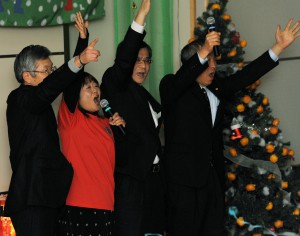 Nishikawa (second from left) and officers of prefecture and city governments doing countdown at tree lighting ceremony