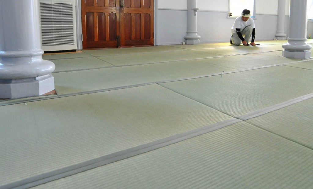New green Tatami mats were set in the church very carefully by craftsmen themselves