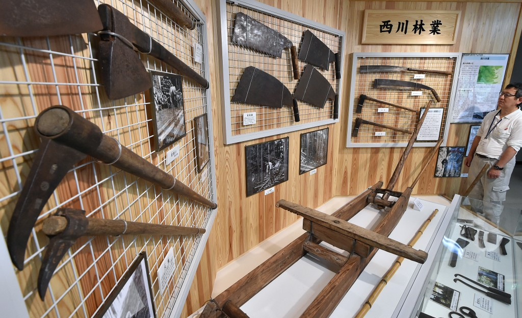 Naguri Kurashi-no Tenjishitsu is a museum that explains history of local forestry industry. There are displays of old tools and equipment.