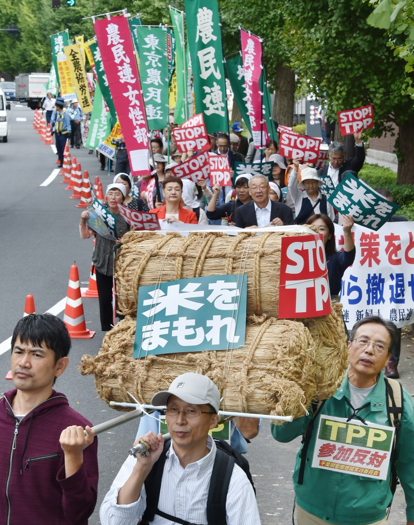 Farmers rally around the Diet building on Tuesday, Sept. 29, calling for recovery in rice prices and protection of sensitive farm products.
