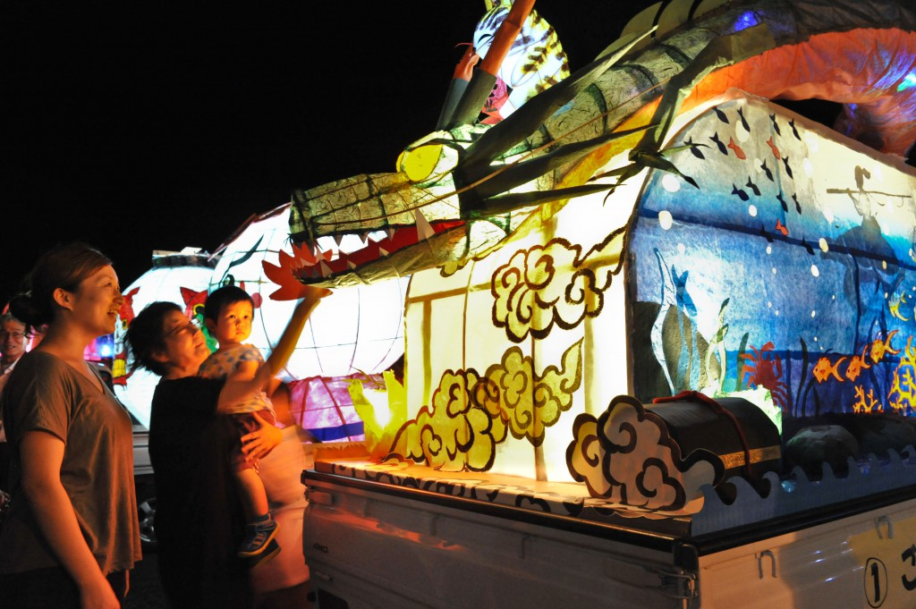 Visitors enjoying lanterns on trucks during their brief stop. The parade is loved by everyone from children to adults (in Toyota-shi, Aichi Prefecture)