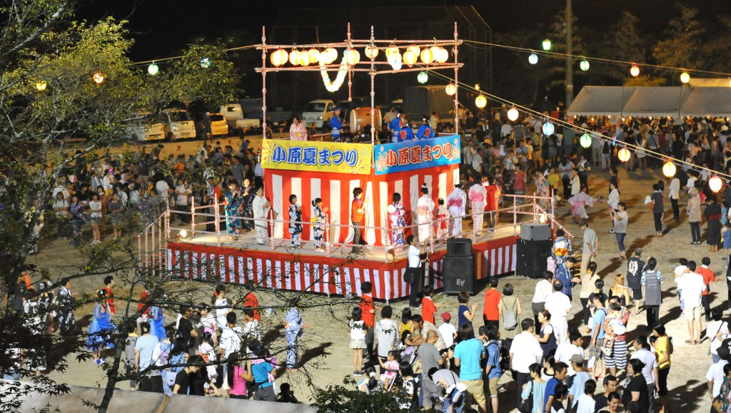 Obara summer bon-dance festival was held on August 15. People who returned home can enjoy both parade and festival