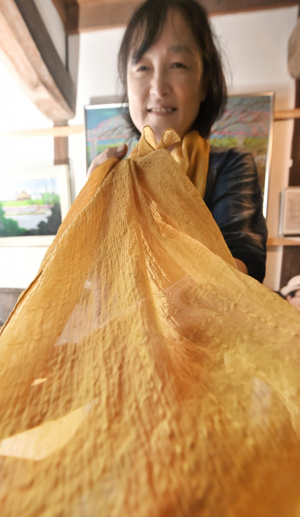 Yano showing stole dyed in bright color using haze woodchips