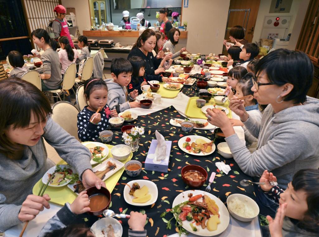 Children and mothers enjoying meal together at Nerima Kodomo Shokudo (in Nerima-ku, Tokyo)