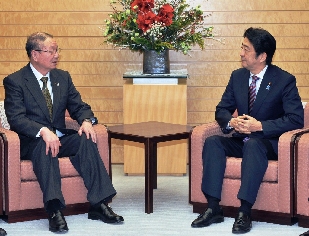 Choe Okuno (left), president of the Central Union of Agricultural Co-operatives (JA-Zenchu), talks with Prime Minister Shinzo Abe at the prime minister's office in Tokyo on Friday, Dec. 25.