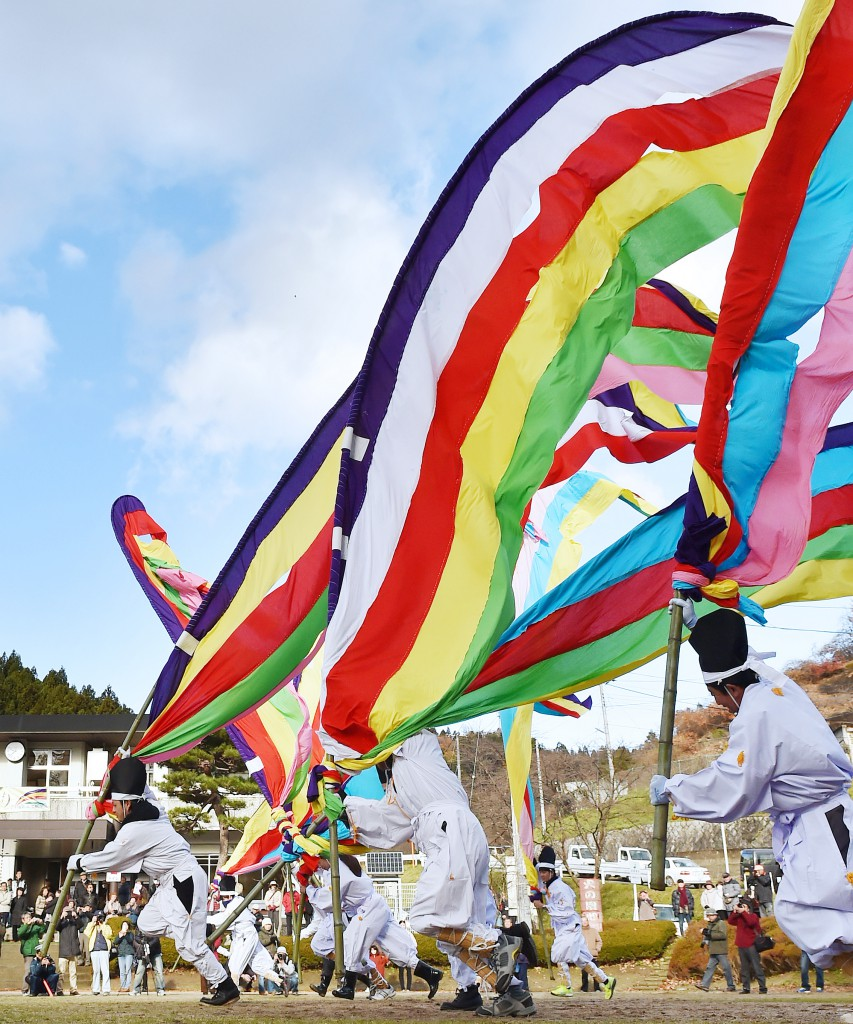 "Before heading to the shrines, ""Hata Kyoso (running competition while holding the flag)"" is held"